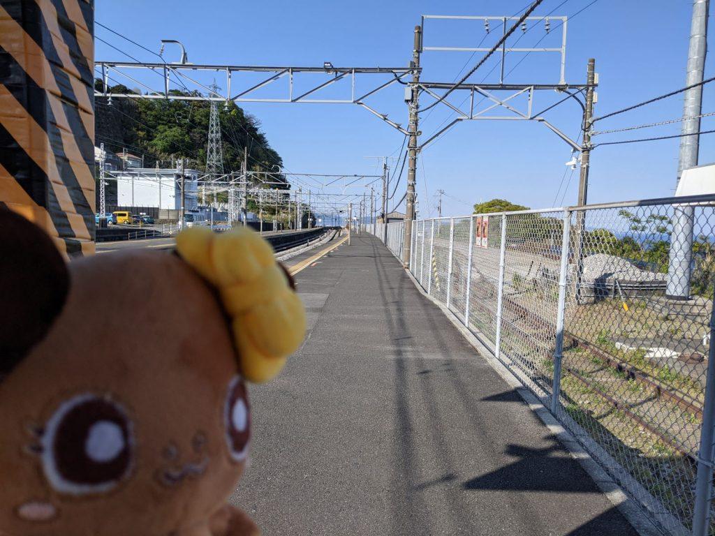 根府川駅のホームとボタンちゃん