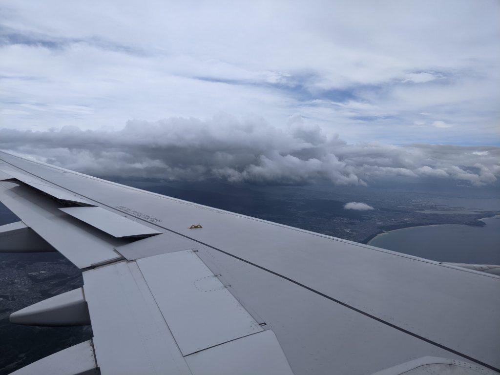 福岡空港近くの曇り空な上空
