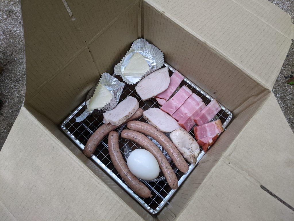 くん製器の中に並べた食材