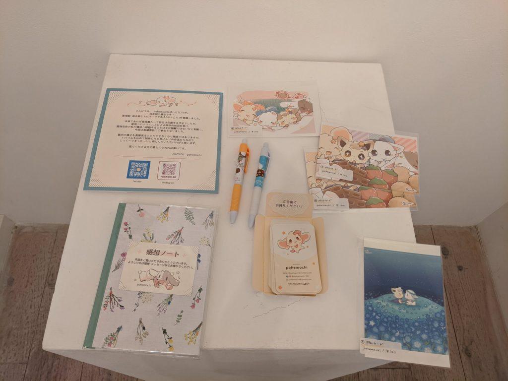 テーブルに飾られているグッズや感想ノート